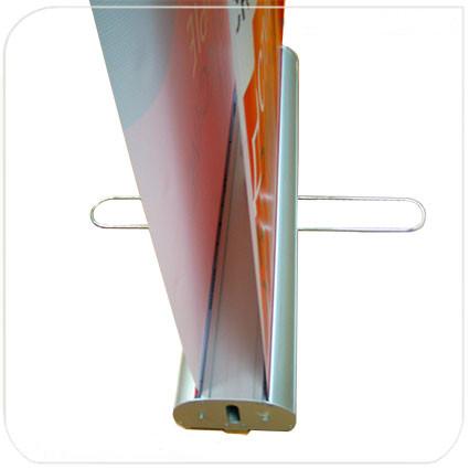 В двухсторонних роллерных стендах roll-up предусмотрено крепление двух баннеров с разных сторон