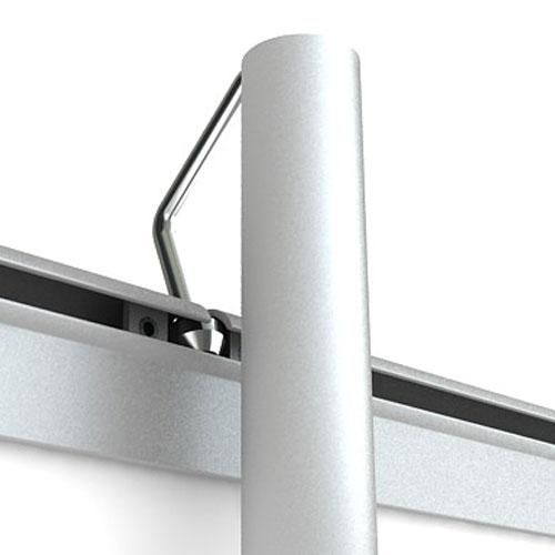 верх баннера цепляется с помощью крючка к вертикальной стойке-опоре