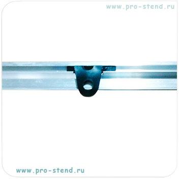 пластиковая петелька на нижней горизонтальной баннерной рейки - для крепления к опоре стенда