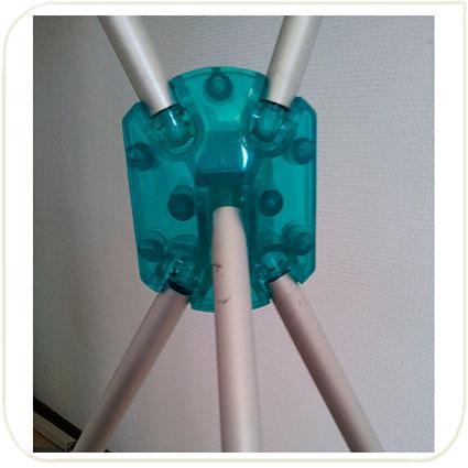полупрозрачные голубые пластиковые детали на стенде